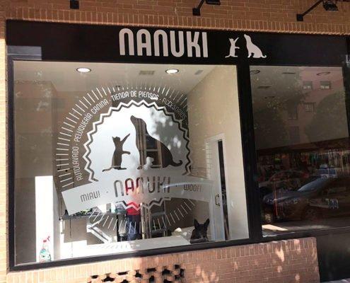 Rótulos para fachada de Nanuki Escaparate y Cartel